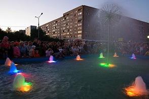 Ближе к полуночи под восторженные крики горожан фонтан вонзил в осеннее небо мощные пивные струи, весело подсвеченные праздничной иллюминацией