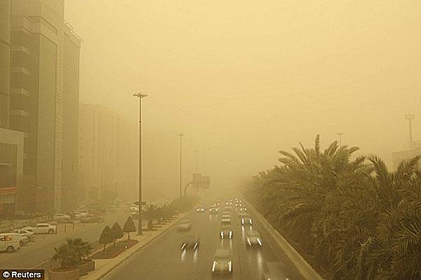 Улицы Эр-Рияда к моменту прихода песчаной бури (фото Reuters)