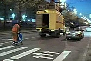 Увидев съемочную группу 5-го телеканала С-Пб, дорожный рабочий срочно перевернул знак со стрелкой
