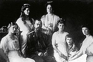 Николай II с императрицей и княжнами