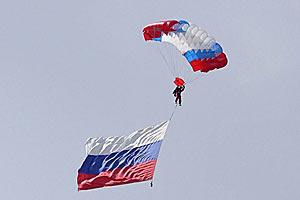 выступление парашютиста на авиа шоу.