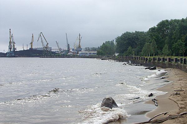 Петрозаводск — центр лесной промышленности Северо-Запада. Вид на грузовой порт. 2006 год.