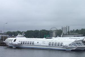 Пассажирский порт Петрозаводска. На дальнем плане городской парк и отель Карелия. 2006 год.