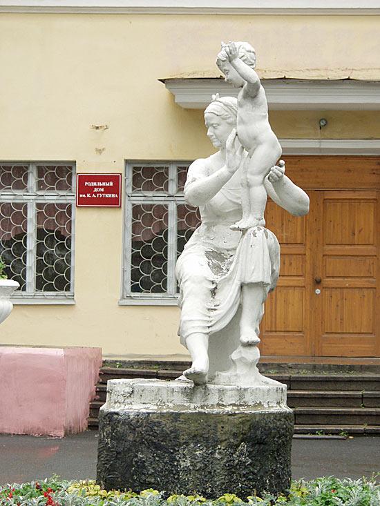 Одна из скульптур в экстерьере Родильного дома в Петрозаводске. 2006 год.