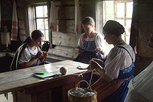 Студентки из Петрозаводска создают исторический колорит интерьера. Кижи. 2006 год.