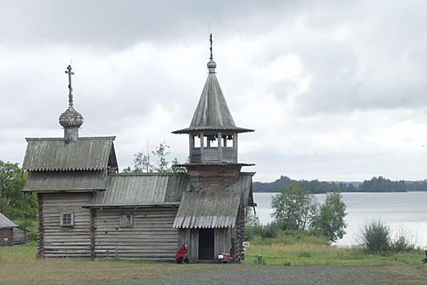 Местный звонарь за небольшую плату исполнит на колоколах любую мелодию — от Березовского до Битлз. Кижи. 2006 год.