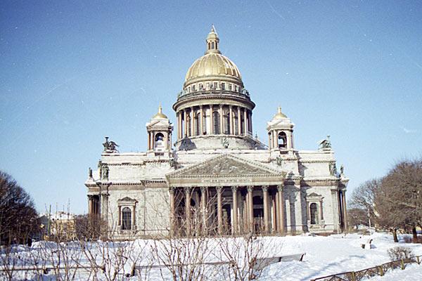 Студеный Санкт-Петербург. Голубое небо лишь подчеркивает монохромность архитектуры. 1997 год.