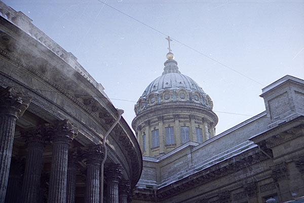 Студеный Санкт-Петербург. Казанский собор в морозных сумерках. 1997 год.