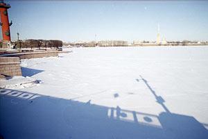 Студеный Санкт-Петербург. Вид на Неву с дворцового моста. 1997 год.