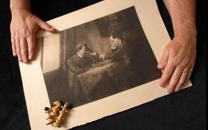 Человек, похожий на Гитлера, играет с человеком, похожим на Ленина, в игру, похожую на шахматы