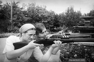 Жены русских специалистов В Бухаре учатся стрельбе в 1930-м году. Макс Пенсон