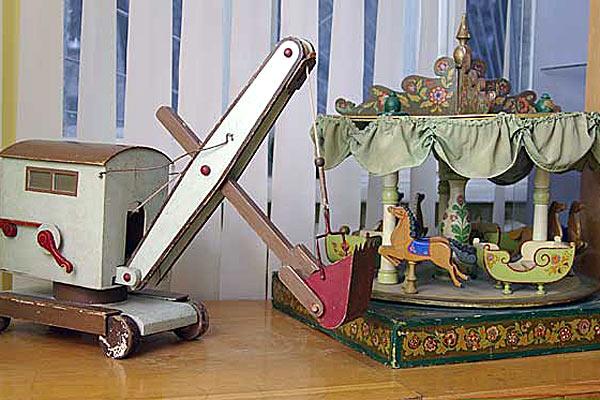 Экскаватор и карусель — советские игрушки.