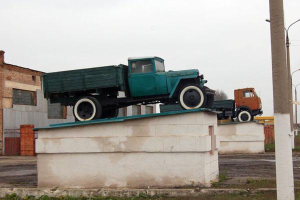 Памятник автомобилю ГАЗ-АА в Колпне (Орловская область).