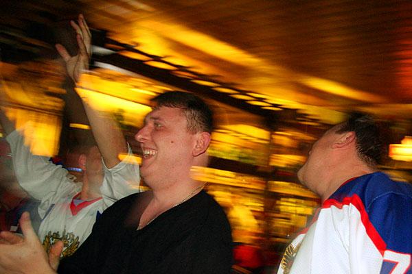 Держим кулачки за наших хоккеистов. Фото с финального матча по хоккею ЧМ-2009.