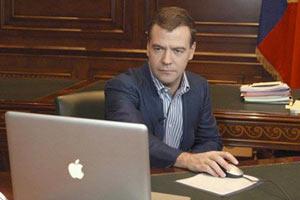 Дмитрий Медведев за компьютером.