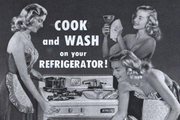 Готовить еду и мыть посуду над холодильником — эврика пятидесятых в США.
