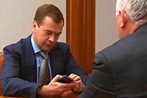 Дмитрий Медведев рассматривает русский мобильник