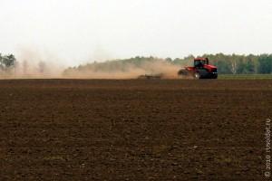 Современный трактор на орловских полях давно не в новинку