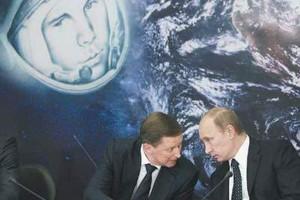 Премьер Владимир Путин и вице-премьер Сергей Иванов обсуждают детали празднования 50-тия советской космонавтики