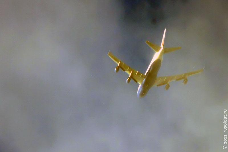 Самолёт в облаках.