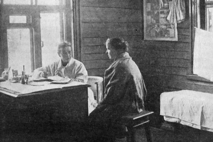 На приеме у сельского врача. Подольский уезд Московской губернии. 1925 год.