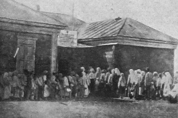 Пункт раздачи бесплатного питания Красным Крестом в Поволжском округе. 1922 год.