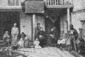 В ожидании приема (Поволжский Окружной Врачебно-питательный отряд № 2.). 1922 год.