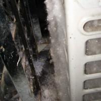 Вот так выглядит кондиционер, не закрытый сеточкой, расположенный ниже уровня асфальта, когда летит тополиный пух.