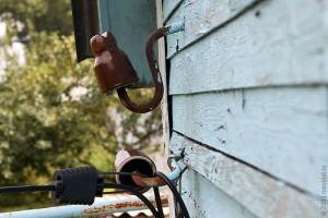 Электрический изолятор на стене дома.