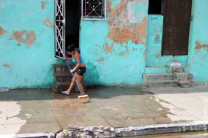 Матанзас, Куба. Девушка убирает перед домом.