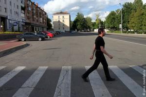 Навстречу новому по безопасному пешеходному переходу.
