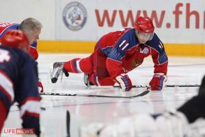Владимир Путин не упал, это он специально отжимается перед матчем. Фото — www.lifenews.ru.