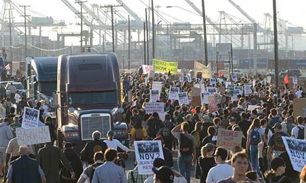 Демонстрация протеста движения Occupy Wall Street в Окленде (США). 13 декабря 2011 год.
