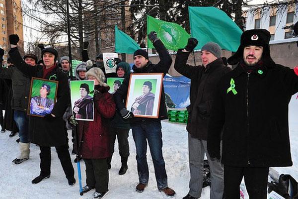 Протестующие у посольства Ливии требуют освободить политзаключенных и скандируют свои требования.