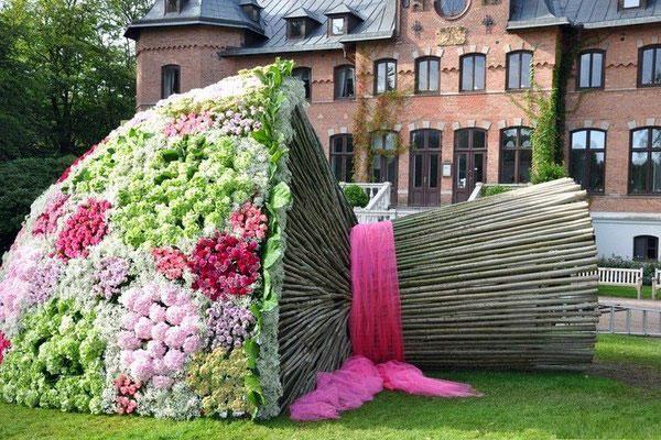 На пятом месте в рейтинге «Самые необычные свадебные аксессуары» идет букет гигантских размеров, который попал в книгу рекордов Гиннесса.