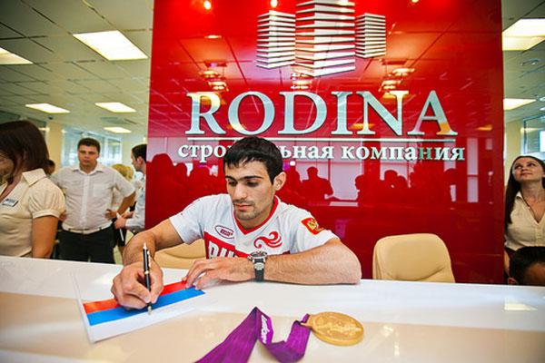 Компания «Родина» вручила Арсену Галстяну ключи от новой полностью обставленной квартиры в Краснодаре.