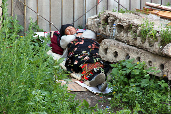 Спящая женщина на Комсомольской улице в Орле летом 2012 года.
