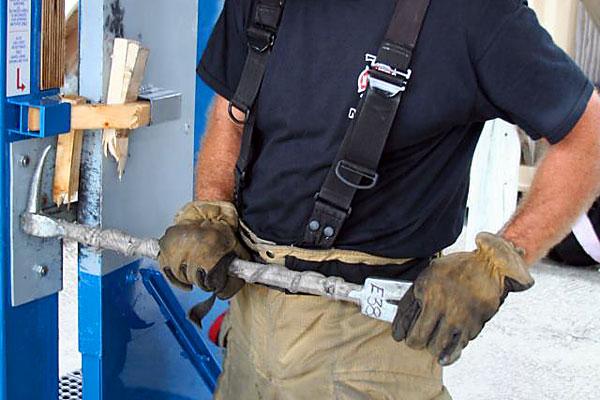 Пожарные города Ларго тренируются открывать металлические двери.