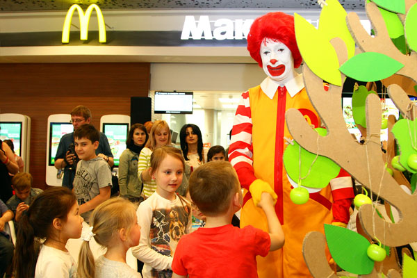 Роналд Макдоналд с участниками детского праздника Хэппи Мил.